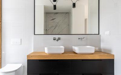 Pomysł na łazienkę- białe płytki i drewno